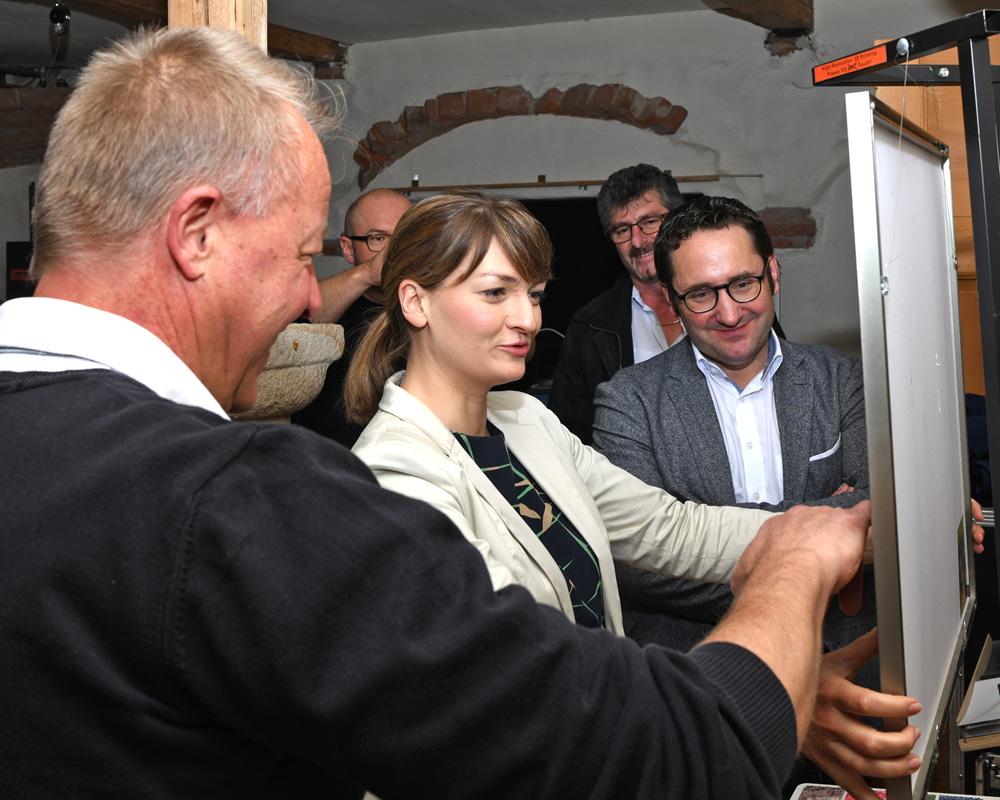 Nach dem Laserscanning von einem Ölgemälde kann nun Digitalministerin Gerlach in der 1:1 Reproduktion jeden Pinselstrich des Künstlers erfühlen.